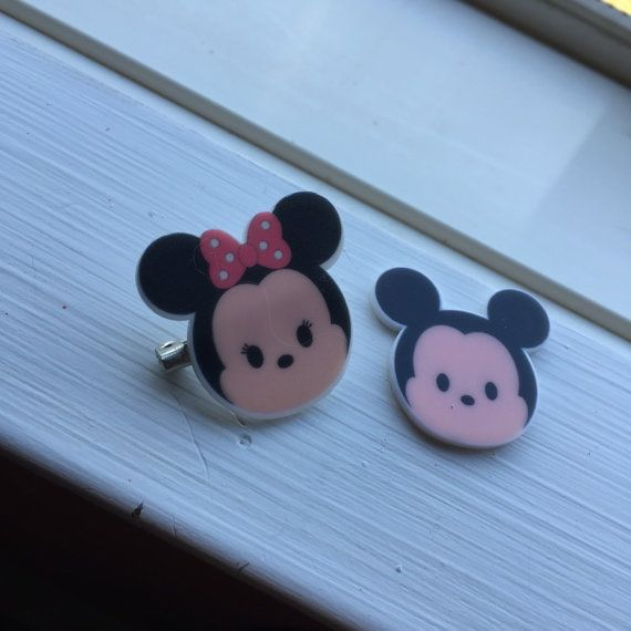 estos pernos de tsum tsum Mickey y Minnie son adorables! Linda además de añadir a su camisa o un elemento de amarre.