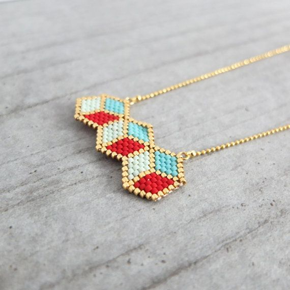 Collier graphique Cubes 3D, tissé à l'aiguille perles japonaises, délicas Miyuki, apprêts dorés à l'or fin 24 carats