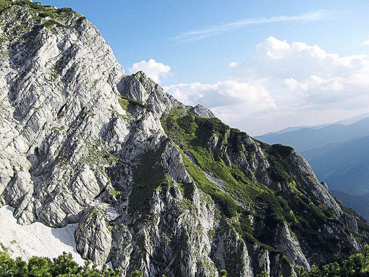 http://www.peisaje-montane.ro/peisaje-superbe/peisaje-munte-superbe-mari/mari-peisaj-carstic-in-muntii-carpati.jpg