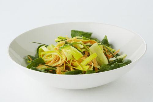 Een overheerlijke bonte groentesla met kerrie, die maak je met dit recept. Smakelijk!