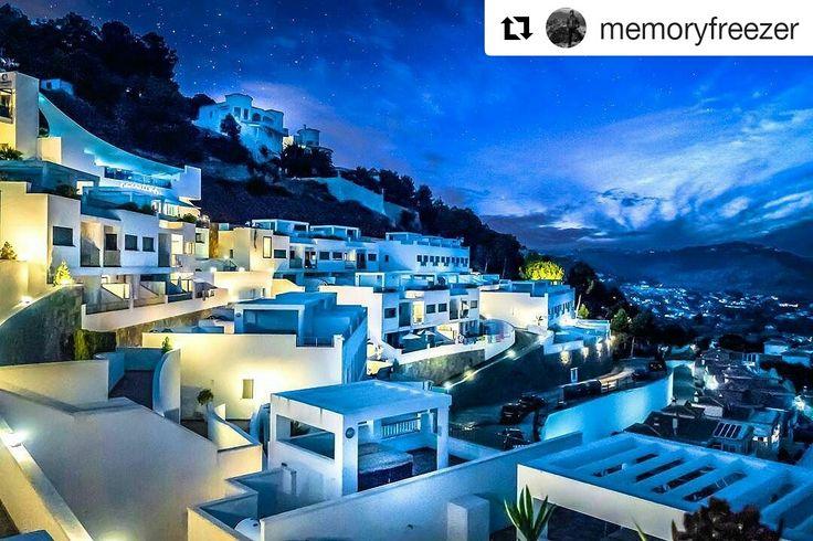 Con esta impresionante imagen te deseamos una feliz noche de viernes. 🌃 Te esperamos.  #ColinaHomeResort #ColinaCalpe #Calpe #Resort #Turismo #CostaBlanca #CiudadCalpe #ColinaResort #ResortCalpe