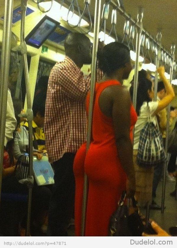 Cette femme qui utilise ses fesses pour se tenir à la barre :