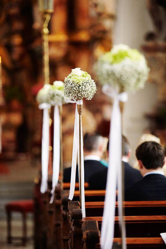 decoration in church - Blumenschmuck in der Kirche bei Hochzeit