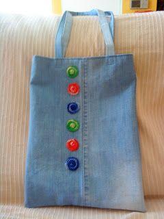 bolso hecho con vaqueros reciclados y aplicaciones en crochet