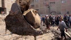 Vondst in Caïro. De bovenarm is een halve meter dik en een oor meet ruim 30 centimeter.   10 03 2017