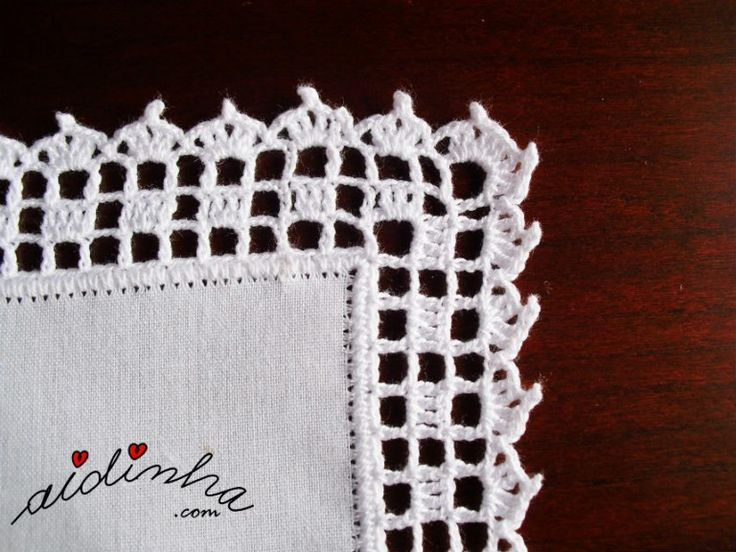 Pormenor do canto do picô de crochet, do individual branco