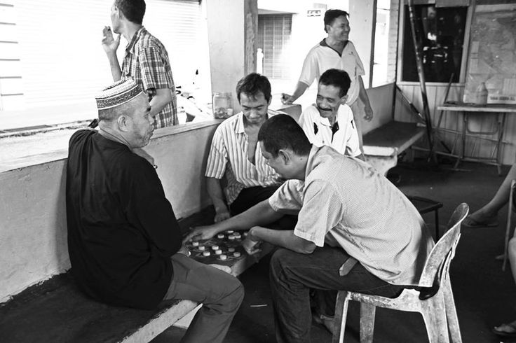 """""""Checkers with bottle caps,Kuala Besut Bus Station"""", Kuala Besut, Malaysa, 2°riScatto urbano di Jessica Raimondi. Saranno conteggiati i """"mi piace"""" al seguente post: https://www.facebook.com/photo.php?fbid=10207168677842683&set=o.170517139668080&type=3&theater"""