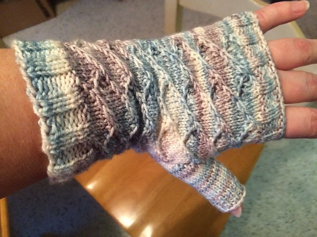 Julia Fingerless Mitts by Mary Urquizo - Free till 4:45 on March 28 (do not know which time zone, might be Eastern Time Zone) with code : FIRSTPATTERN
