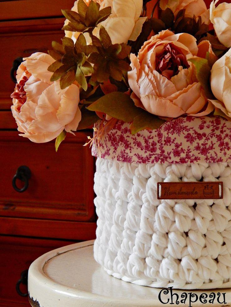 Háčkovaný+košík+-+bílá+(plátno)+Velký+háčkovaný+košík+na+všechny+potřebné+i+nepotřebné+věci.+Můžete+použít+na+cokoliv,potřeby+na+šití,+kosmetiku,+do+dětského+pokoje+na+hračky,+obal+na+květináč...+nebo+jako+krásný+dárek+pro+babičky,+maminky,+děti+..+v+každé+domácnosti+najde+svoje+uplatnění.+Vnitřní+obal+z+plátna+lze+vyjmout+a+prát+případně+...