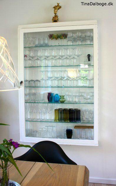 gammelt træ-vitrineskab til at hænge på væggen til vinglas