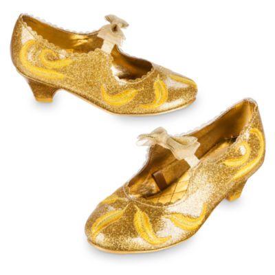 Aggiungi un tocco di eleganza al tuo costume di Belle con queste magnifiche scarpette dorate con tacco. Ispirate al film live action La bella e la bestia, presentano una finitura lucente e scintillante, dettagli con piume ricamate e un cinturino con fiocco dorato.