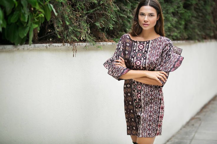 Printed straight line mini dress. 3/4 frilled sleeves. Opening and button fastening at the back. 97% Polyester. 3% Elastane. https://www.modaboom.com/emprime-forema.html