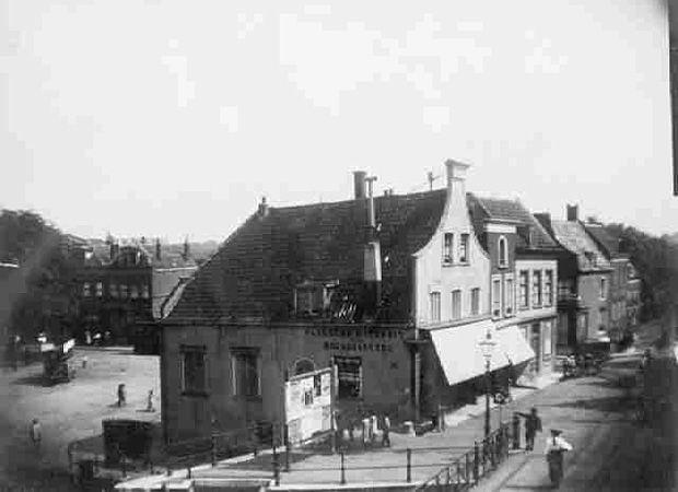 Op deze foto uit 1900 zien we het begin van de Havenstraat gezien vanaf de hoek Mathenesserdijk / Aelbrechtskolk. Het voorste pand is de bakkerij van de heer J.H.M. Büsemeyer. Het derde huis is Café De Winter. Het huizenblok verderop is een paar jaar later afgebroken om de bocht in de tramrails aan te kunnen leggen.  Links op de foto zien we het Lage Erf met de omnibus staan bij het begin van de Nieuwe Binnenweg.