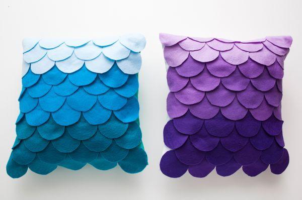 Se você tem muitos retalhos de feltro em casa, por trabalhar com eles, você pode customizar uma capa de almofada em feltro sem costura, e assim renovar o