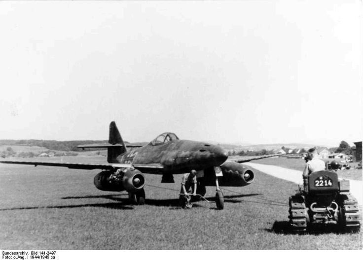 https://flic.kr/p/dpeWoD | Messerschmitt Me 262 A | Strahlflugzeug / Düsenjäger Messerschmitt Me 262A auf Flugplatz  Deutsches Bundesarchiv Bild 141-2497