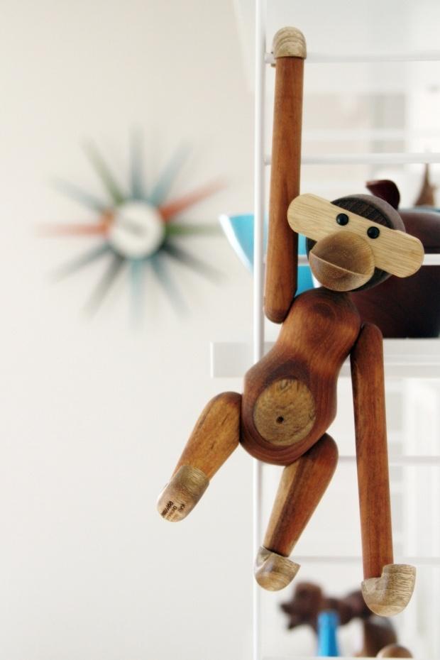 Kay Bojesen's monkey in action - Kulør
