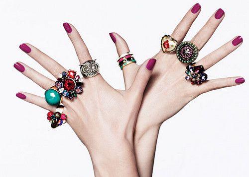 anéis grandes | Misturar bijus com joias também vale.