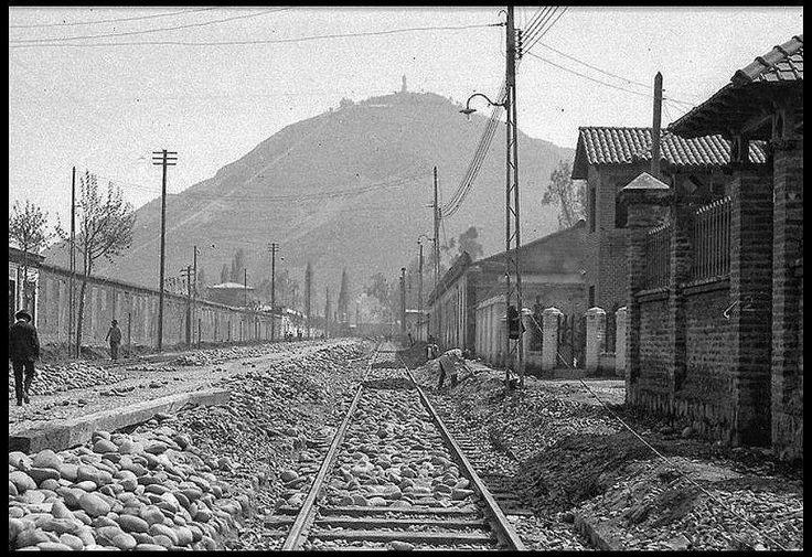 Calle Seminario, comuna de Providencia. De fondo el cerro San Cristobal. Año 1935.