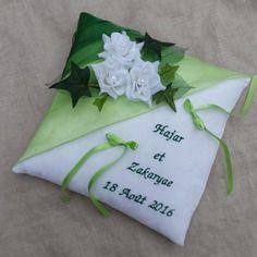 Coussin mariage vert brodé décor roses blanche et lierre