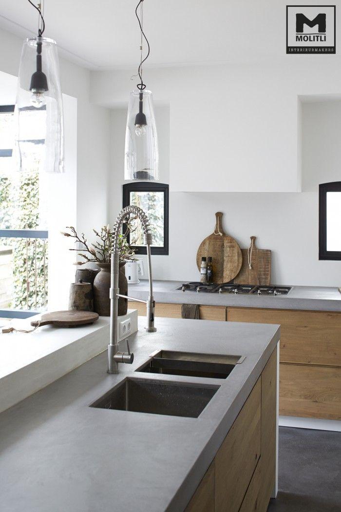 Houten keukenkastjes, betonlook aanrechtblad, witte muren & witte schouw om de afzuigkap, houten dienbladen, gietvloer/vinyl vloer [foto van pinterest, Molitli interieurmakers].