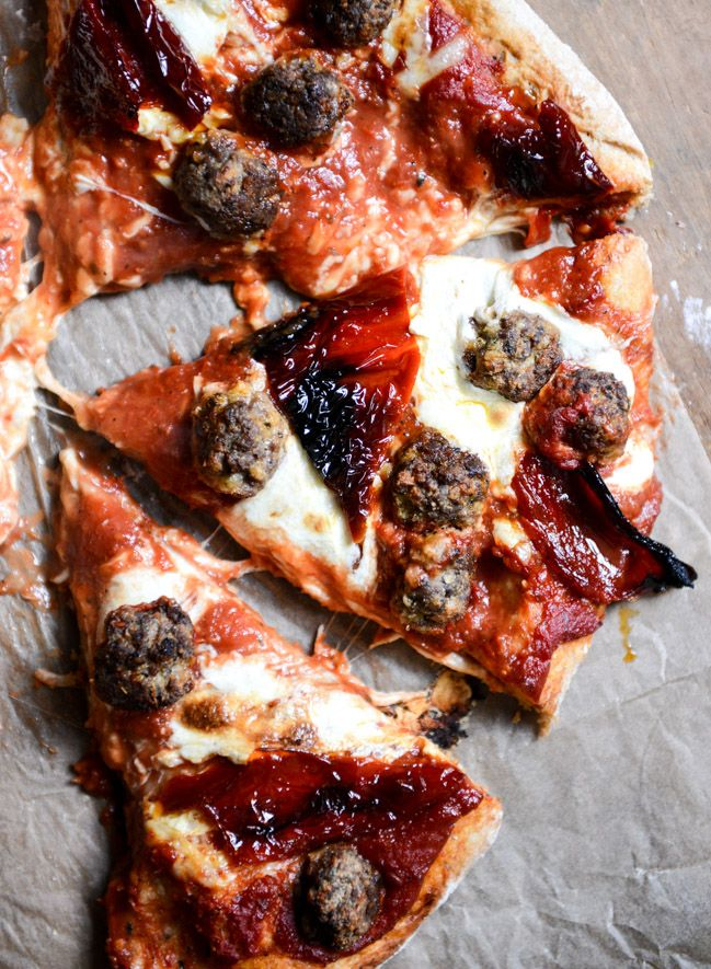 Mini Meatball Pizza with Fresh Mozzarella + Roasted Red Peppers I howsweeteats.com