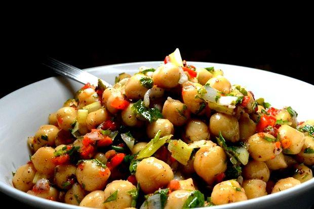 Ρεβιθια σαλάτα. έλεγα και δεν το πίστευαν... Από τις καλύτερες σαλάτες που μπορείτε να φτιάξετε, είναι αυτή! Όσπρια, λαχανικά και ελαιόλαδο. Πάμε να δούμε πως θα τ...