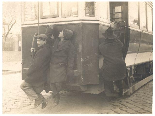 """Tujázás A villamosozás sokaknak luxus volt, így a villamos hátulján, rövidítve a """"tuján"""" utaztak, ahol a kalauz nem tudta elkérni a jegyüket. Vagyis """"tujáztak""""."""