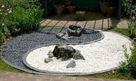 Piso realizado en el jardín o parque con piedras de colores representando el shing-shang