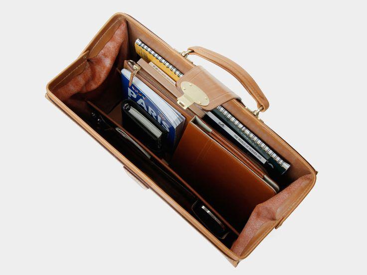 素材:ブライドルレザー 色 :NEWTON(ニュートン) サイズ:縦31cm×横42.5cm×マチ15cm ハンドル:21cm 仕切り:3 カードポケット:4 ペンポケット:2 携帯電話ポケット:1 ウエイト:2.1Kg Handmade in England