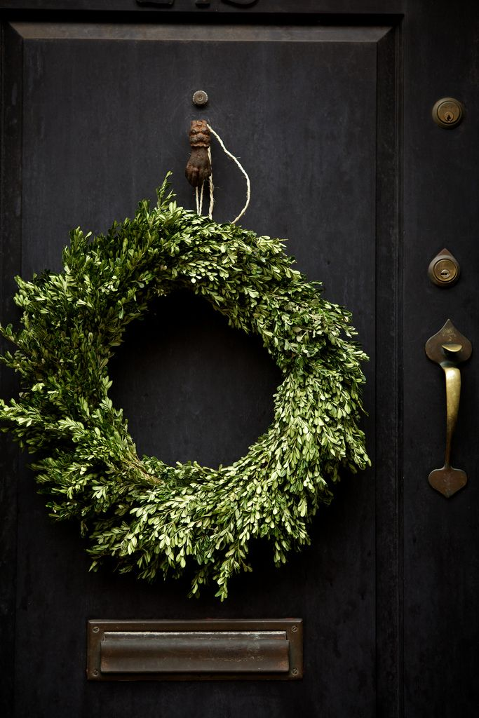 wreath: Christmas Wreaths, Decor, The Doors, Black Doors, Simple, Green Wreath, Front Doors, Boxwood Wreaths, Holidays Wreaths
