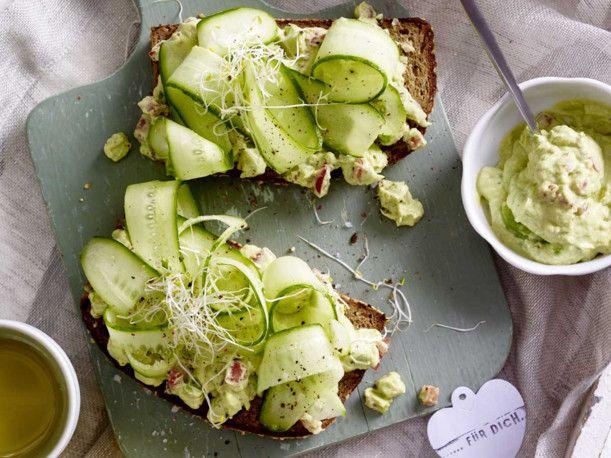 Unser beliebtes Rezept für Vollkornbrot mit Avocadocreme und Salatgurke und mehr als 55.000 weitere kostenlose Rezepte auf LECKER.de.