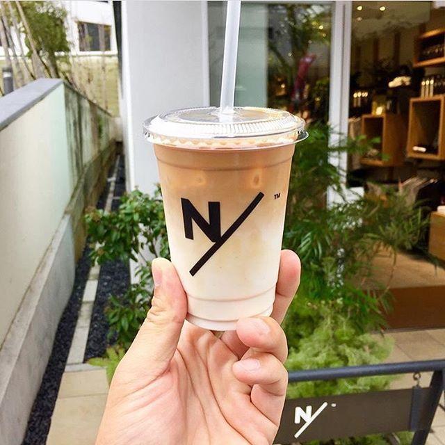 【RETRIP×外苑前】 今回ご紹介するのは、外苑前にできたカフェ「ニュートラルワークス」です。こちらのカフェのある建物は複合施設で、スポーツを中心とした観点からジムやカフェ、ショップが入っている場所なんです。そんな場所でコーヒーを飲めば、おのずと健康への意識が高まること間違いなし。是非足を運んでみてください。 ・ こちらのお写真は @coffeestudents さんにお借りしました。素敵なお写真をありがとうございます! ・ #RETRIP #retrip_cafe #retrip_外苑前 #リトリップ #retrip_mt #カフェ #東京カフェ #カフェ巡り #外苑前 #neutralworks #coffee #cafe #latte #ラテ #カフェラテ #ニュートラルワークス ・ 【RETRIPでカフェ検索!】 RETRIPでは各地の素敵なカフェのお写真をお待ちしております#retrip_cafe_〇〇 と最後にカフェのある地名をつけて投稿されたお写真は、こちらのアカウントでご紹介させていただきます。…