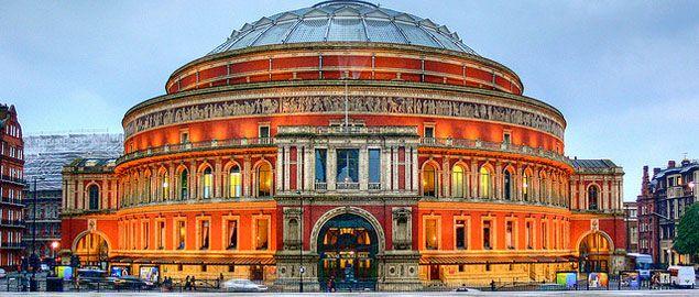 Prossimi eventi: http://www.awin1.com/cread.php?awinmid=2448&awinaffid=164218&clickref=&p=http%3A%2F%2Fwww.viagogo.it%2FLondra%2FRoyal-Albert-Hall-Biglietti%2F_V-438 Inclusa nel London Pass:  http://www.vivilondra.it/LondonPass.html  Progettata dagli architetti Francis Fowke e Henry Darracott Scott, la Royal Albert Hall è situata nel cuore di South Kensington, a due passi da Hyde Park. Oggi la Royal Albert Hall è teatro dei concerti più esclusivi.