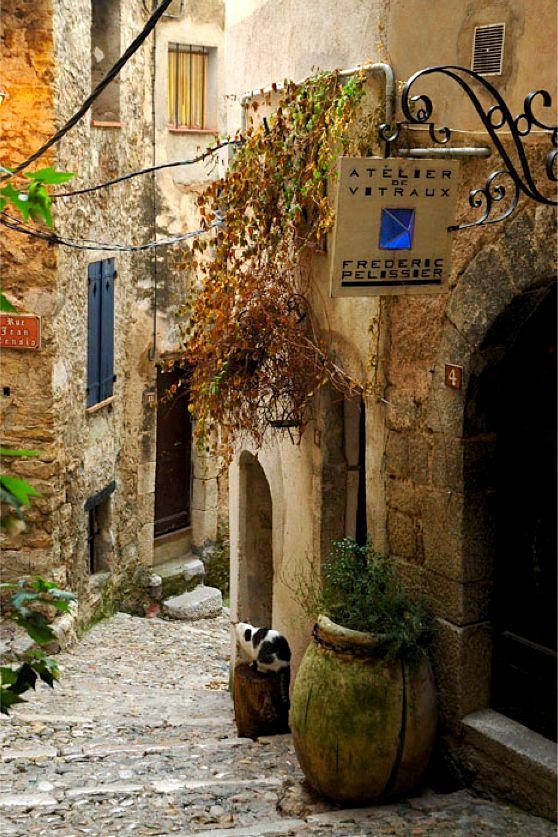 Little village of Ste-Agnès, Provence MENTON,  OLD ALLEY #FRANCE Pequena aldeia, situada no flanco de uma montanha, bem acima do Mediterrâneo. Vila Sainte-Agnès tem ruas estreitas e calçadas de pedra e muitas passagens em arco, e tudo é muito bem restaurado. Muitas das casas de aldeia são 15 ao século 18.