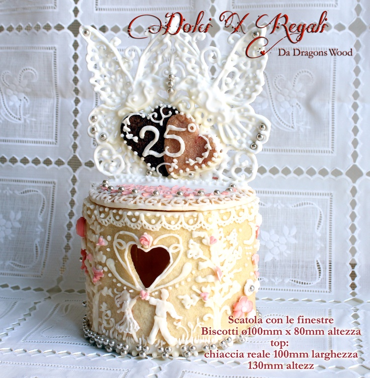Regalo di nozze d'argento, scatole biscotti fatto da biscotti e ghiaccia reale. Silver anniversary gift, cookie box made of cookies and royal icing work.