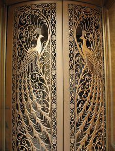 Pavo Real como una joya, en esta puerta de Monroe en Chicago, Illinois.