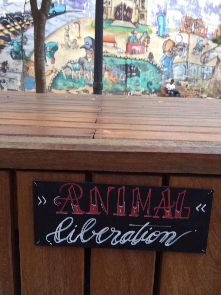 """ANIMAL LIBERATION sign  intervençao com placas para a 4a edicao do festival Hardcore Nas Ruas, tema """"Veganismo"""". Sao Paulo, Brasil, maio 2015 ......... sign intervention for the 4th Hardcore nas Ruas Festival, """"Veganism"""" discussion. Sao Paulo, Brasil, may 2015"""