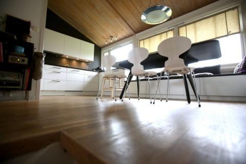 kjøkken med skråtak og lang benk