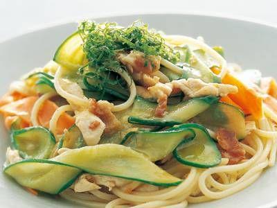 飯塚 宏子 さんの梅干しを使った「梅とささ身の和風パスタ」。野菜は皮むき器で長い薄切りにしていためると独特の食感が出て、アクセントに!  <br><a href=
