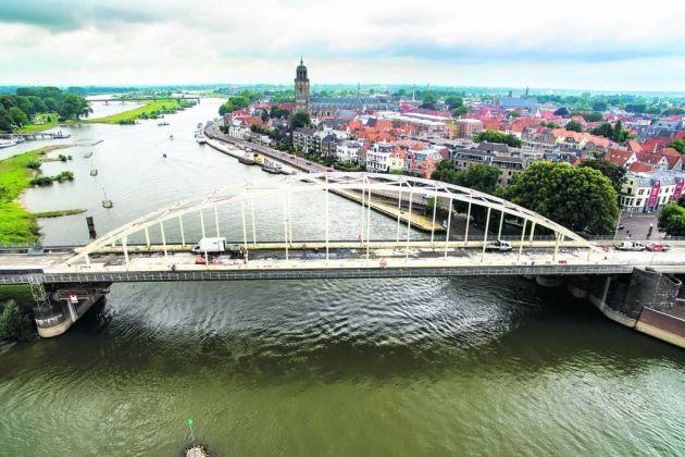 Twee mannen mishandelen gezin op Wilhelminabrug in Deventer