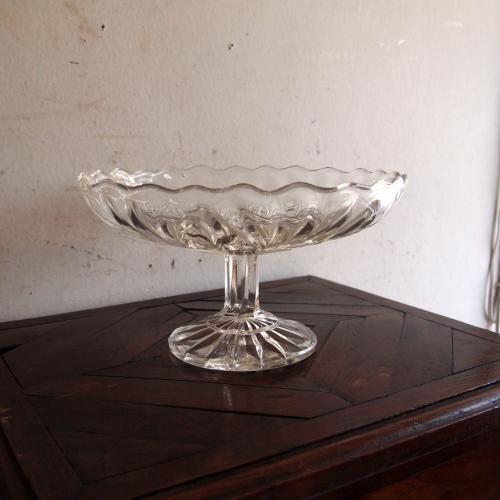 アンティークプレスガラスのコンポート|プレスガラスと緩やかな曲線のモチーフが素敵なガラスコンポートです!カラフルなフルーツやお菓子などがより一層引き立つアイテムですね。キッチンやダイニングテーブルで、玄関やリビングにおいて小物入れとしても重宝しそうです!