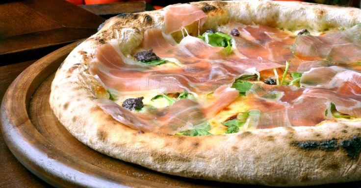 A pizza Anos Dourados (R$ 57,50 [média] R$ 63,50 [grande]) leva molho de tomate, presunto cru importado, queijo stracchino, tapenade de azeitonas pretas e rúcula precoce. A pizza é uma das sugestões da Pizzaria Nacional, inspirada nos anos 50 e 60. As pizzas foram nomeadas em homenagem à Bossa Nova e Jovem Guarda. Entre as entradas, está o Pão de Calabresa recheado com calabresa curada e queijo (R$ 14,90). A casa fica na rua Canário, 480, Moema.