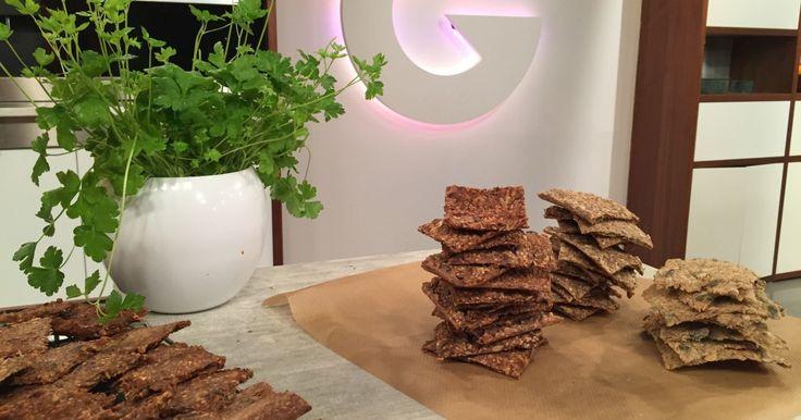Knekkebrød sto på Wenches meny i dag - frøknekkebrød til hverdags og glutenfrie knekkebrød med parmesan som snacks.