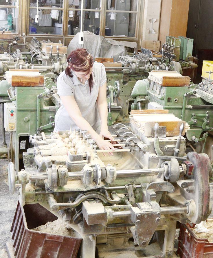 Tässä valmistetaan Preciosan puuhelmiä helmikauppa.comille. Helmet sorvataan pyökkitangoista yksitellen käsityönä ja sen jälkeen ne värjätään rummuissa.