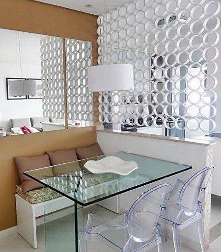Outra solução com banco, neste caso bem simples, e usando mesa de vidro e cadeiras de acrílico. O que gostei muito foi a divisória que pode ser feita com cortes de tubos de pvc, por exemplo, e o espelho que trouxe luz para o espaço.