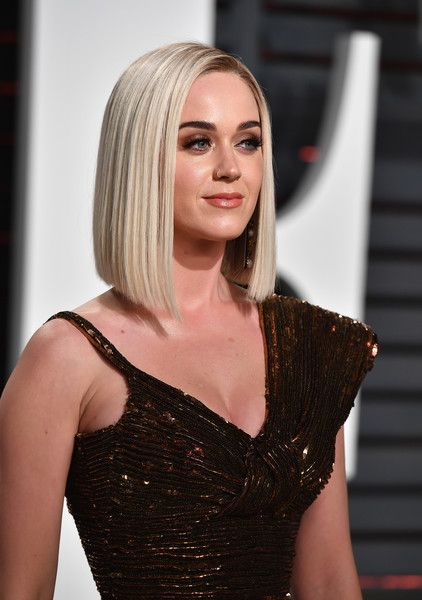 Katy Perry Photos Photos - Singer Katy Perry attends the 2017 Vanity Fair Oscar Party hosted by Graydon Carter at Wallis Annenberg Center for the Performing Arts on February 26, 2017 in Beverly Hills, California. - 2017 Vanity Fair Oscar Party Hosted By Graydon Carter - Arrivals