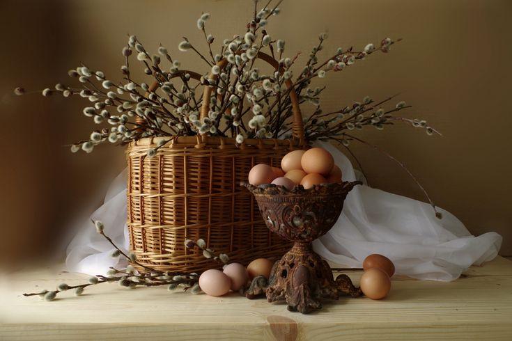 фотонатюрморт; плетеная корзина; ветки вербы; ваза; яйца куриные.  Фото снято при естественном освещении. Pentax K-30 снимки сделаны этим устройством