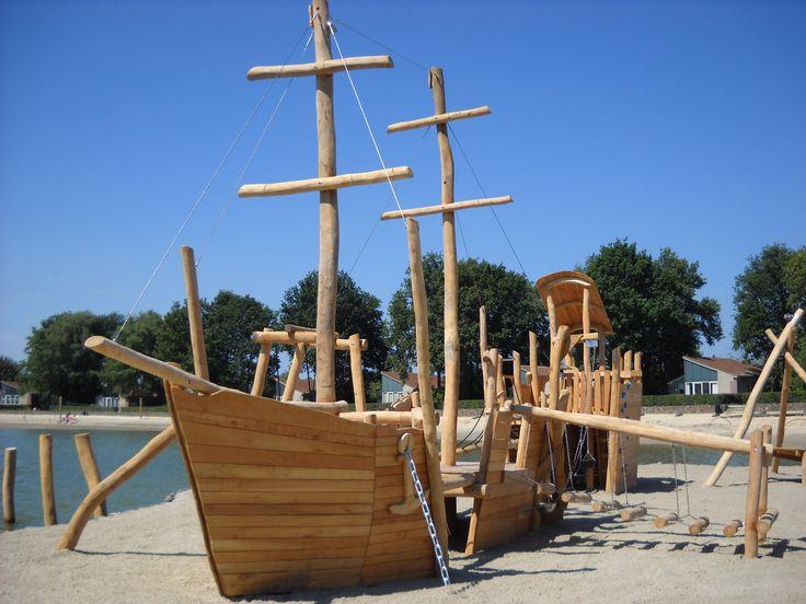 Les bateaux ont un franc succès chez Mobiplay Atlantique ! Voici un bateau de la marque Eibe au bord d'un lac. Vous remarquerez que la structure est en robinier, un bois naturellement imputrescible