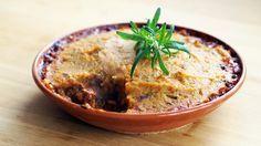 Denne kjøttpaien er kanskje ikke en klassisk pai i den forstand at det hverken er paibunn eller paideiglokk. Det den derimot har er et lokk av søtpotetmos som gjør den ekstra saftig og god. Denne kjøttpaien lager omtrent seg selv etter litt kutting i starten.    Lag gjerne dobbel porsjon av kjøttsausen og frys ned. Den egner seg godt i både lasagne og som pastasaus.