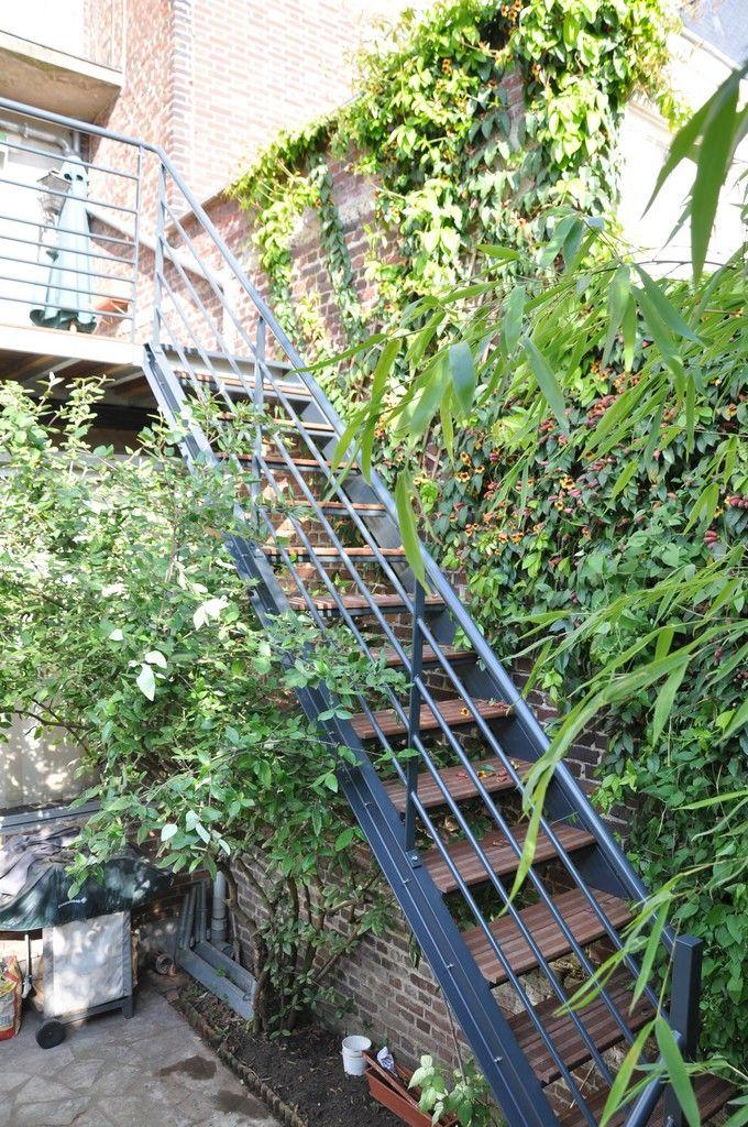 escalier extérieur thermolaqué avec palier et marches bois exotique